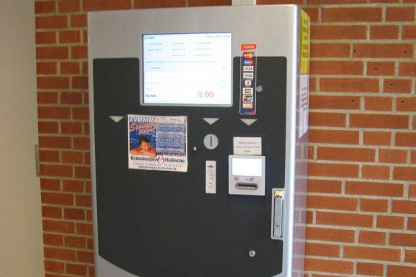 Selvbetjeningsautomat. Billetautomat. automat. svømmehal idrætshal stadion museum billet adgangssystem ind- og udgang adgangsmølle kort billet chip adgangskontrol indgang entre adgangssystem og billetsystem med kassefunktion